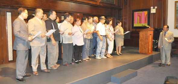 Consul-General Mario L. De Leon (left) leads Filipino U.S. citizens who have opted to reacquire their Filipino citizenship during swearing-in ceremonies at the Philippine Consulate in New York City in August.Photo by RAMON MAPPALA