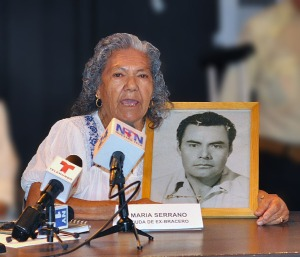 Maria Serrano, holding a picture of her late husband, Rico Serrano, who came to the United States three times under the Bracero program.  Photo by NOEL T. PANGILINAN